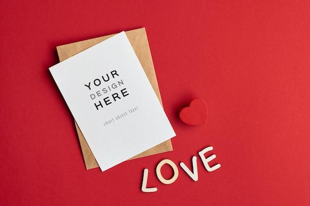 붉은 마음과 연애 편지와 함께 발렌타인 데이 카드 모형