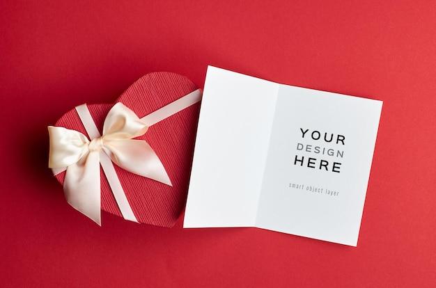 레드 하트 선물 상자와 발렌타인 데이 카드 모형