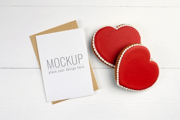 甘い心のクッキーとバレンタインデーのグリーティングカードのモックアップ