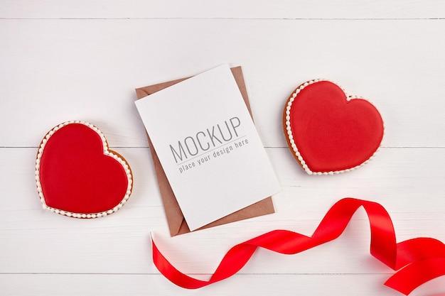 달콤한 하트 쿠키와 발렌타인 데이 인사말 카드 모형