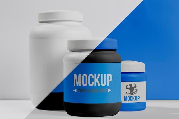 さまざまな青いフィットネスプロテインパウダーと錠剤