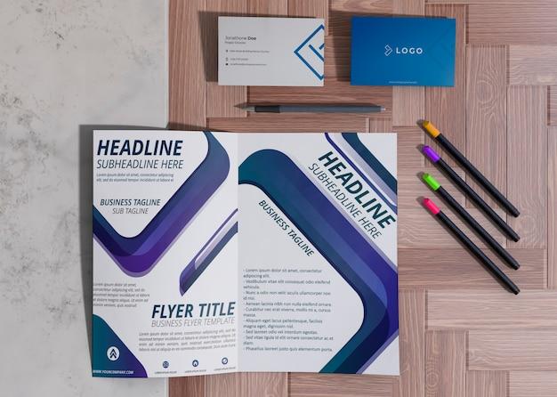 Различные канцелярские товары для макета деловой бумаги компании