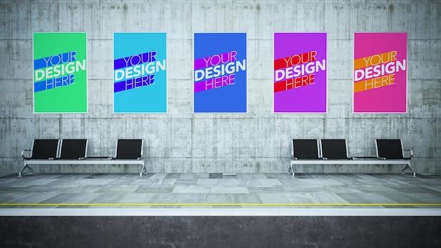 地下鉄の駅でさまざまなポスターのモックアップ