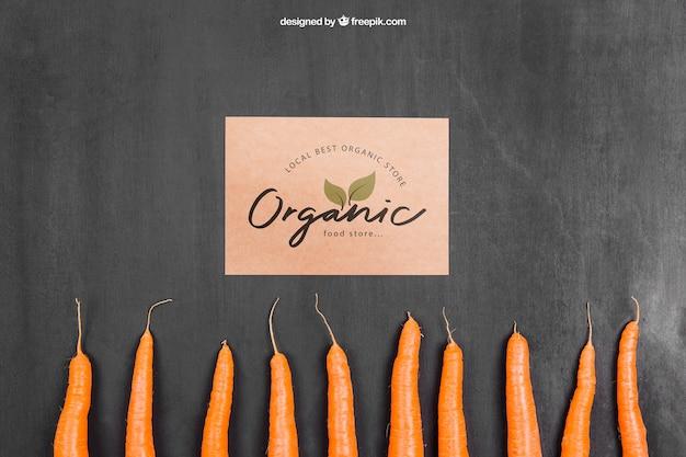 Овощной макет с картоном и морковью