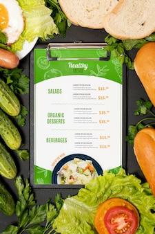 Утреннее меню ресторана с овощами и яйцами