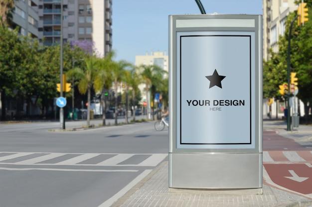 Вертикальный макет рекламного щита рядом с дорогой и велосипедной линией
