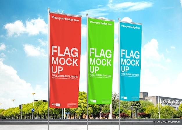 Вертикальный дизайн макета флага на фоне неба