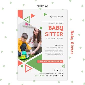 Modello di volantino verticale per baby-sitter femmina con bambino