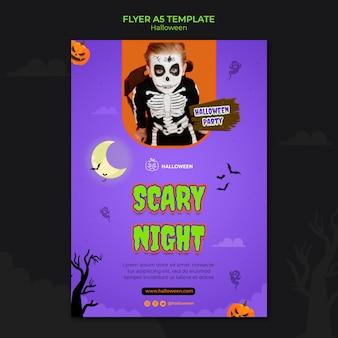 Вертикальный шаблон флаера на хэллоуин с ребенком в костюме