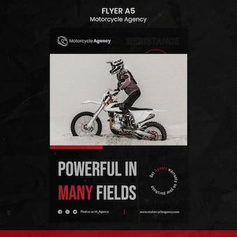 Modello di volantino verticale per agenzia motociclistica con pilota maschio