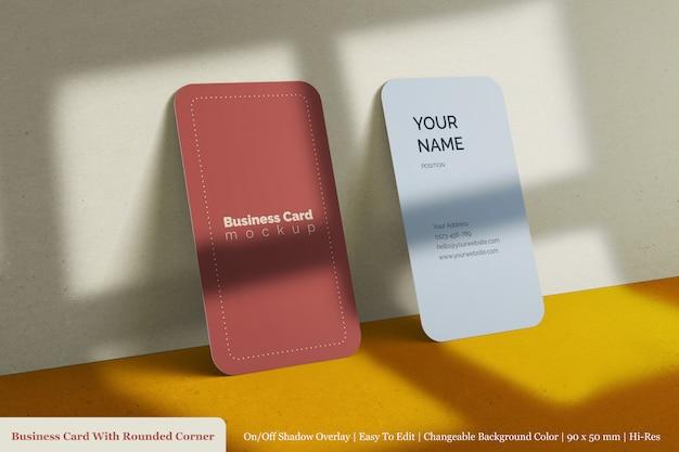 丸みを帯びた角のモックアップと垂直のモダンなリアルなテクスチャのビジネスカード