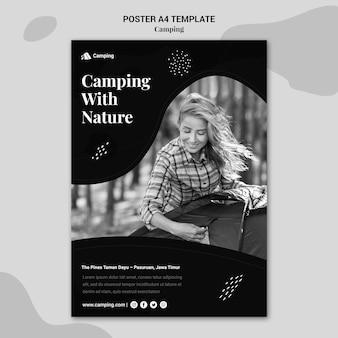 Modello di poster monocromatico verticale per il campeggio con la donna