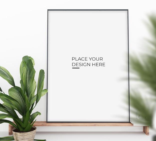 鉢植えの近くの縦のポスターは、モックアップを設計します