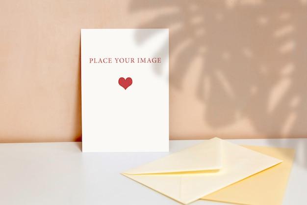 베이지 색 벽 배경에 수직 포스터, 테이블, 모형, 장면 제작자에 봉투