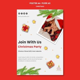 산타 모자에 아이들과 함께 크리스마스 파티를위한 세로 포스터 템플릿
