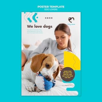 女性の飼い主と犬の愛好家のための垂直ポスターテンプレート