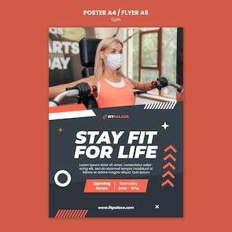 Modello di poster verticale per allenamento in palestra con donna che indossa una maschera medica