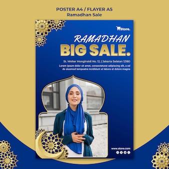 Modello di poster verticale per la vendita del ramadan