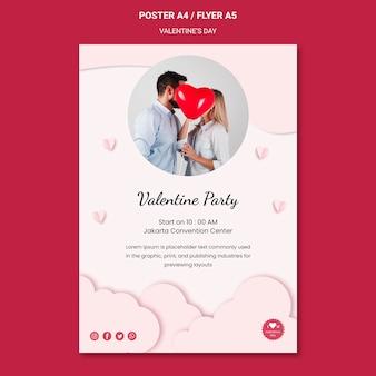 Modello di poster verticale per san valentino con coppia innamorata