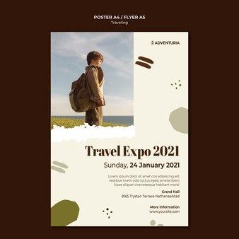 배낭 여행 아이와 세로 포스터 템플릿