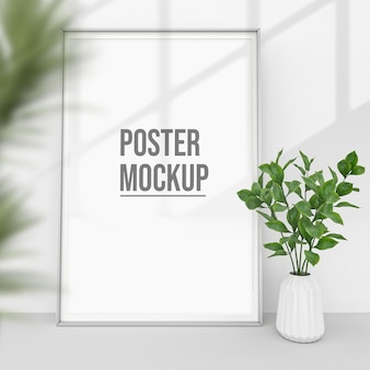 鉢植えの植物の近くの垂直シーンのポスターは、モックアップを設計します