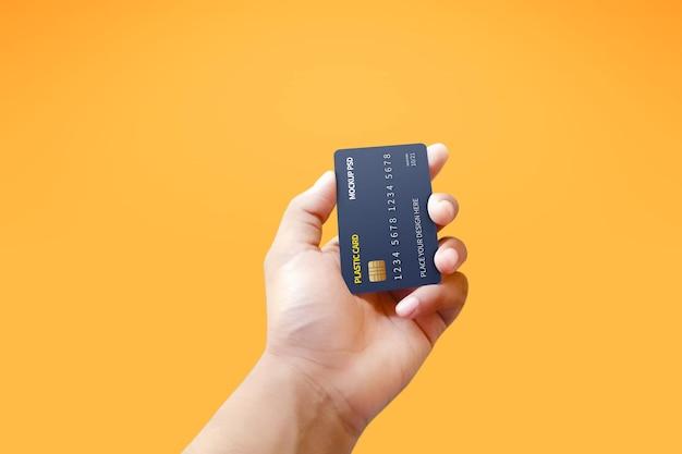 Вертикальный вид пластиковой карты в руке макет