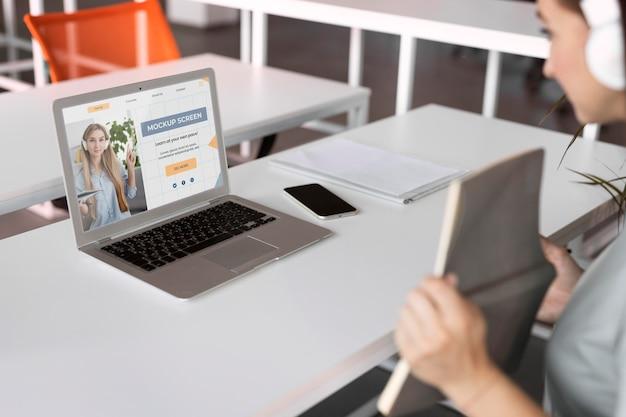 Videochiamate al lavoro con il mockup del dispositivo