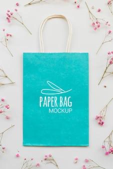 Sopra vista assortimento di fiori e sacchetti di carta