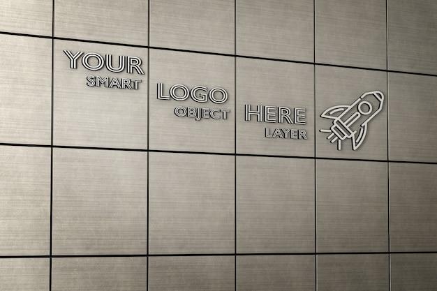 金属タイル張りの壁のモックアップ上の3dサインの表示