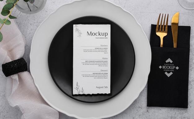 Sopra vista menu primaverile con pianta