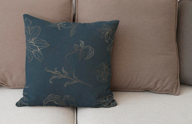 Vintage cotton cushion cover mockup psd in floral pattern living concept