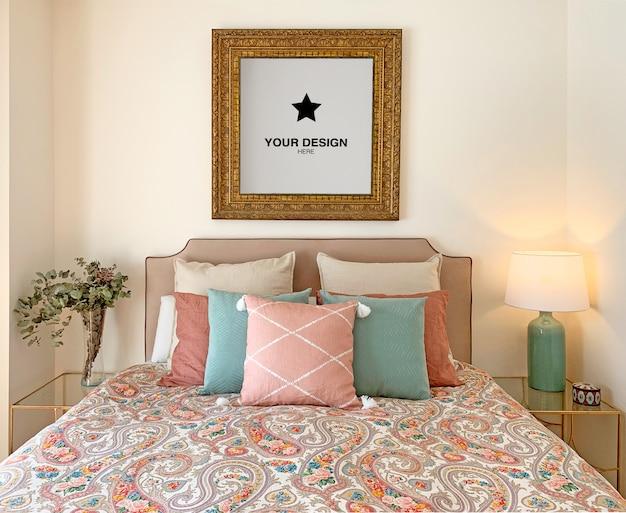 カップルの寝室の壁にビンテージフレームモックアップ