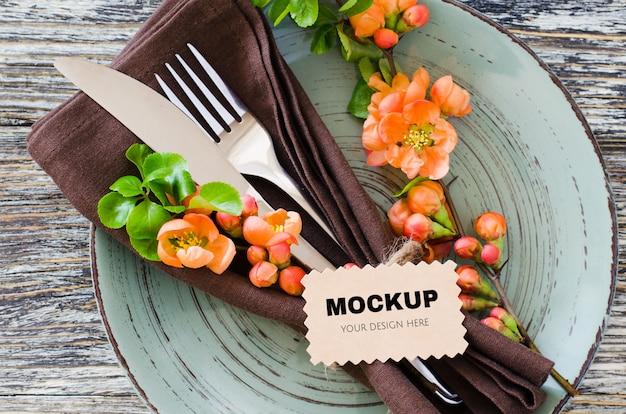 繊細な花と素朴なぼろぼろのテーブルのタグとビンテージテーブルの設定。