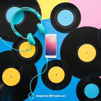Виниловый макет с наушниками и смартфоном