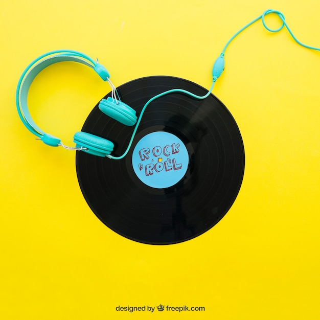 Vinyl mockup with headphones Free Psd
