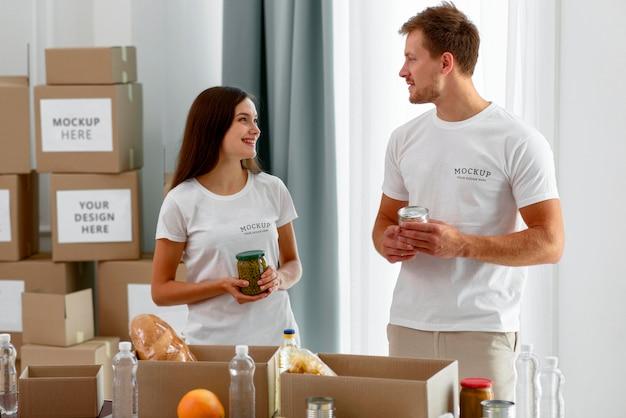 Волонтеры готовят ящики с продуктами для пожертвований