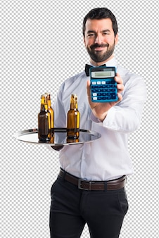 Официант с бутылками пива на подносе держит калькулятор