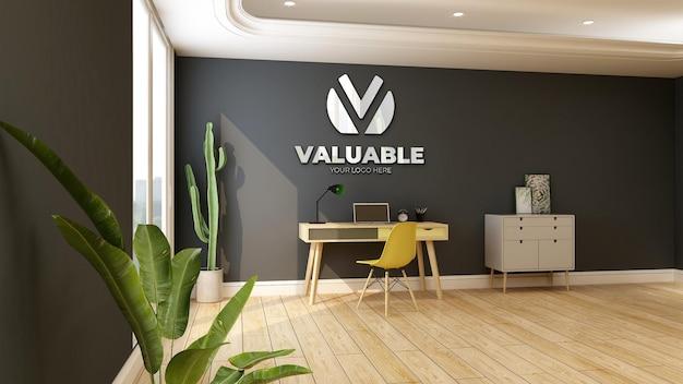 Настенный макет логотипа компании в рабочей комнате дома со столом и письменным столом