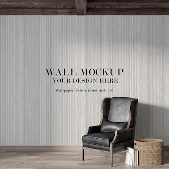 Макет стены за старым кожаным креслом с минималистской мебелью