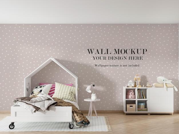 家の形をしたベッドの後ろの壁のモックアップデザイン