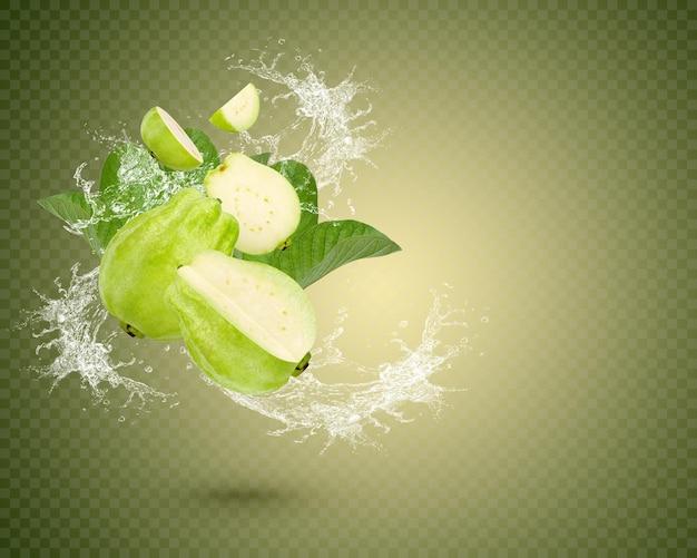 Плеск воды на свежих фруктах гуавы с листьями, изолированными на зеленом фоне. премиум psd