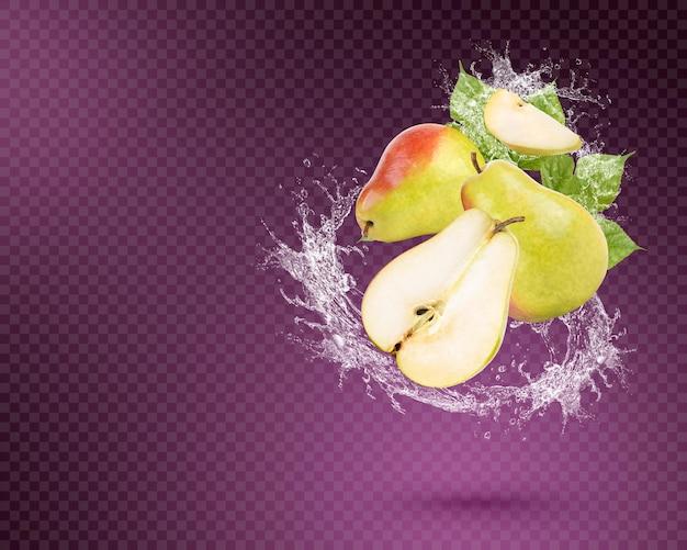 紫色の背景に分離された葉を持つ新鮮な梨に水しぶき。プレミアムpsd