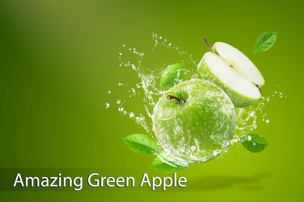 Брызги воды на свежее зеленое яблоко на зеленом фоне