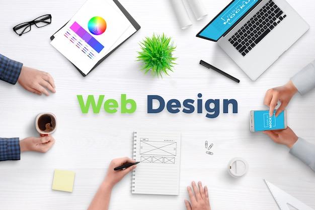 격리 된 레이어와 개체 웹 디자인 스튜디오 사무실 책상 장면 생성기. 손, 사무 용품 및 장치로 둘러싸인 웹 디자인 텍스트.