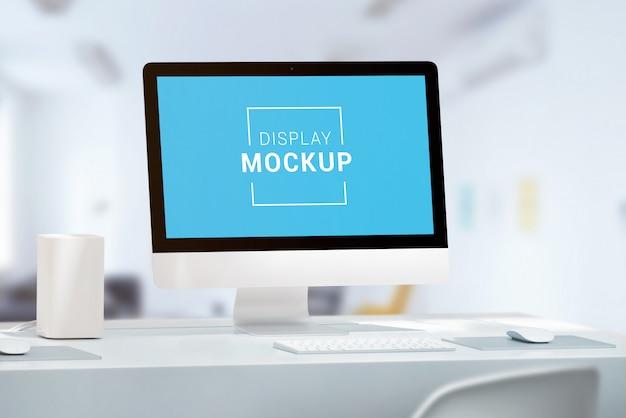 Webサイトのデザインプレゼンテーションのコンピューターディスプレイのモックアップ。マウスとキーボードを備えたオフィスデスク
