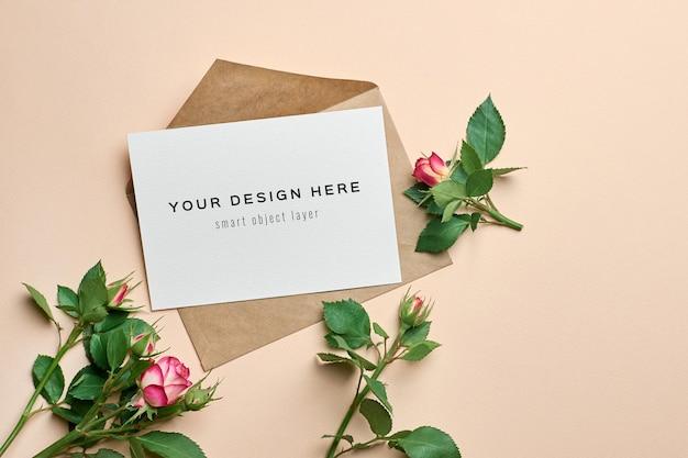 봉투와 장미 꽃과 결혼식 인사말 카드 모형