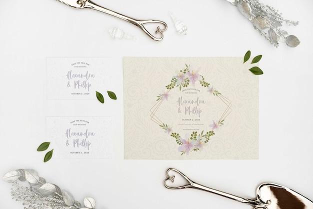 机の上の結婚式の招待状