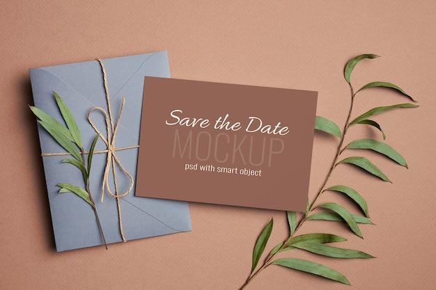 봉투와 유칼립투스 식물 나뭇 가지와 결혼식 초대 카드 모형