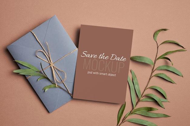 봉투와 유칼립투스 식물 잔가지가 있는 결혼식 초대 카드 모형