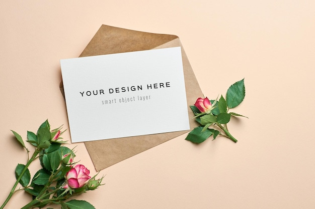 封筒とバラの花の結婚式の招待カードのモックアップ